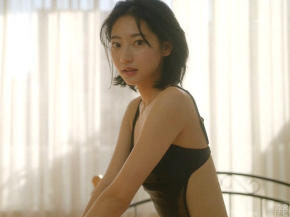 水着で撮影中の武田玲奈