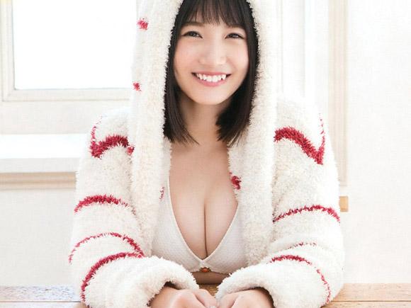 グラビアでも活躍できるメンバーを数多く擁するHKT48の中でも特段の人気を持つ朝長美桜が2017年初水着グラビアを披露