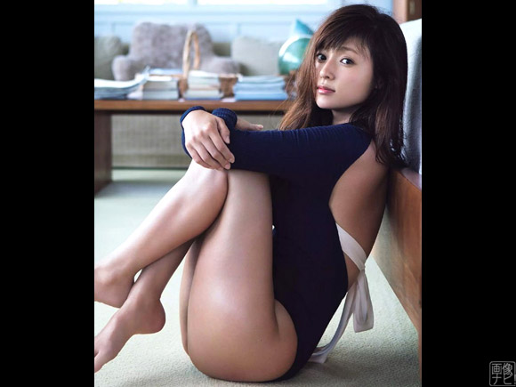 お尻がツルンと露出したエッチな衣装の深田恭子さん