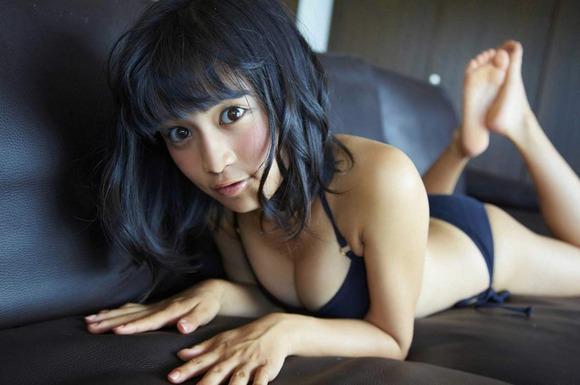 小島瑠璃子の黒ビキニ画像009