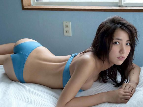 ベッドに横たわる石川恋