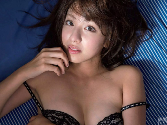 美形アイドルとしてグラビアファンの間では超有名な本郷杏奈(ほんごうあんな)。沖縄で過去最高の露出