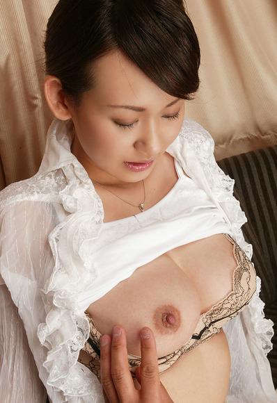 ブラジャーを剥ぎとって乳首とおっぱい露出画像023