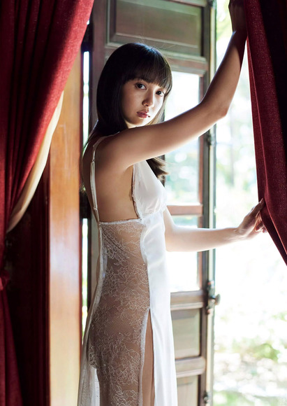 服の横が透け透けで裸に見える小宮有紗003