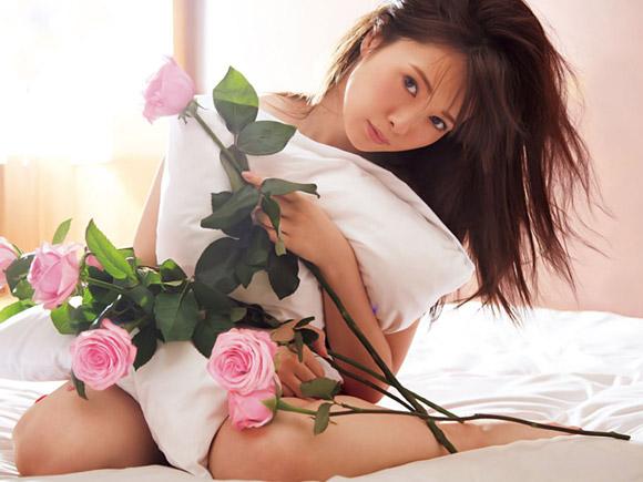 白石麻衣がベッドの上で裸に