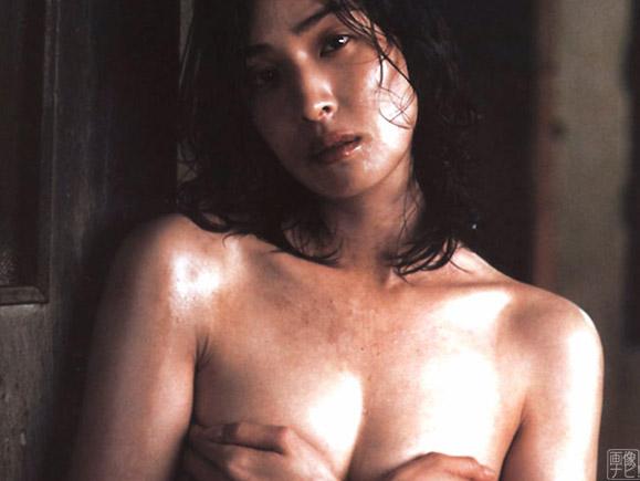 天海祐希の美乳手ブラ画像