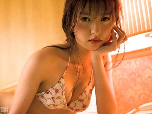 30歳を過ぎても美貌が衰えず美しくなり続けそうな森保まどか。HKT48所属にしてナチュラル系モデルの雰囲気を纏う美少女の18歳~20歳までのグラビア画像です