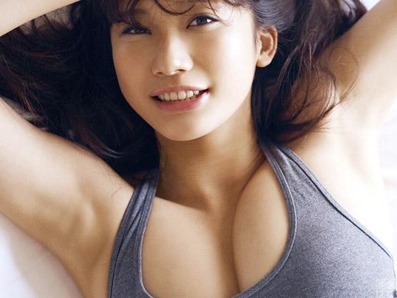 スポーツウェアでおっぱいの大きさが強調されてる小倉優香