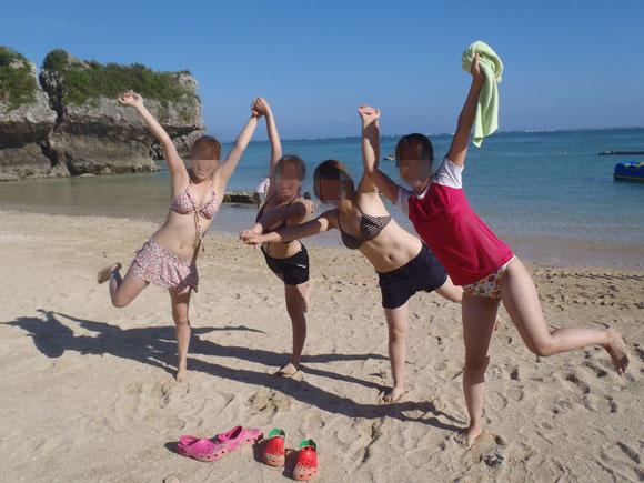水着の砂浜