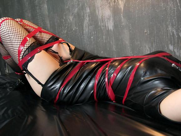 ボンデージで縛られた女性のエロ画像