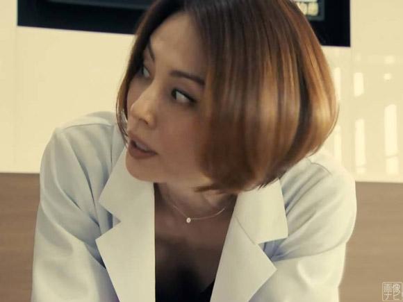 胸元がゆるくて見えちゃってる女医役の米倉涼子