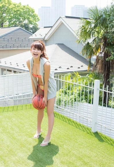 久松郁実のオレンジ水着画像002