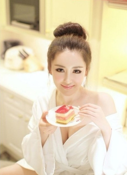 巨乳で美人な中国人女性の生着替えが配信中に流 …