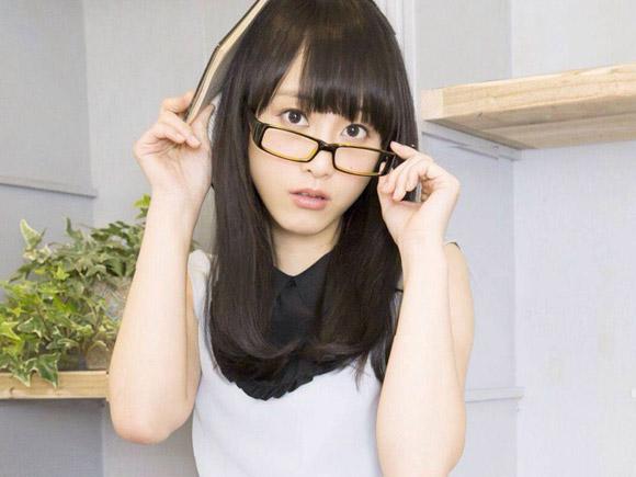 文学少女松井玲奈のメガネ姿