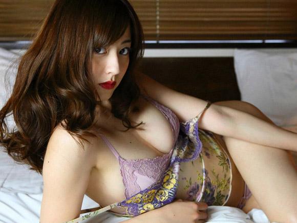 ベッドの上で誘惑するメイク濃いめの杉本有美