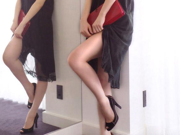 前田敦子が高級ホテルでセクシーな美脚見せ