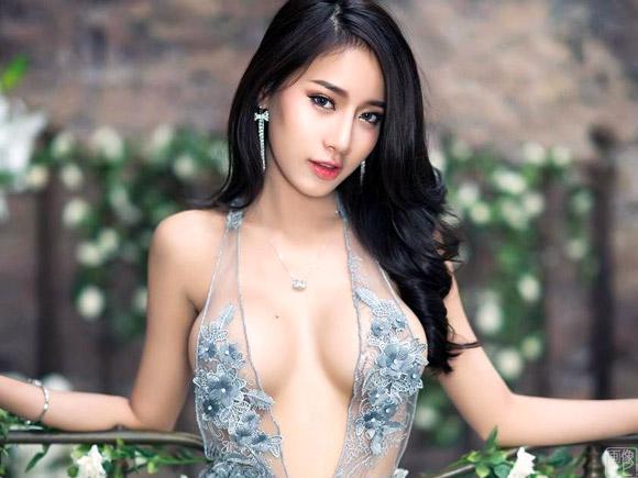 胸がガッツリ見える高級ドレスを纏った美女