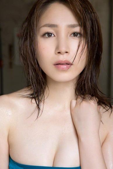 吉川友のワンピース水着画像017