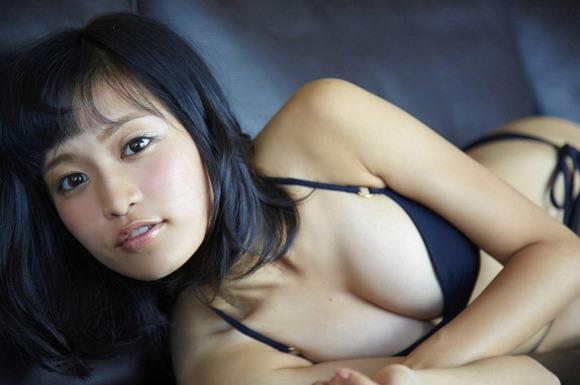小島瑠璃子の黒ビキニ画像007
