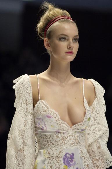 スーパーモデルの乳首チラ001