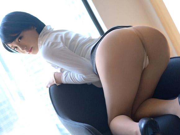 会社のマドンナ系美人OLのお尻突き出しフェチ画像