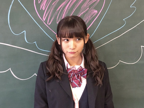 学校の黒板の前でおどける制服姿の浅川梨奈