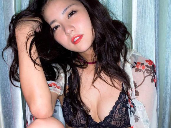 黒い下着で妖艶な表情を醸し出す石川恋