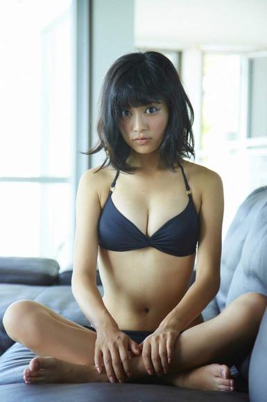 小島瑠璃子の黒ビキニ画像006