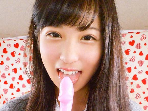 超可愛い制服女子が笑顔でちんちんの形の飴をベロベロ舐める