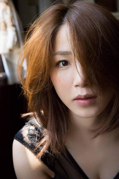 吉川友の生脚画像020