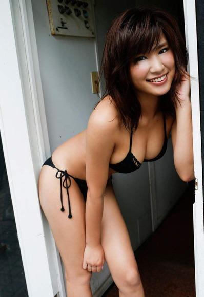 久松郁実の黒水着画像021