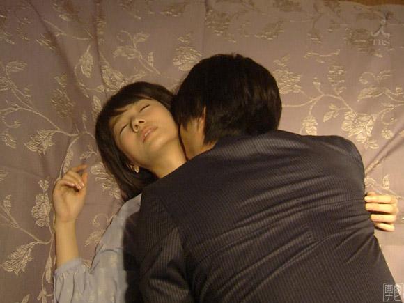 ベッドで首筋にキスされる波瑠さん