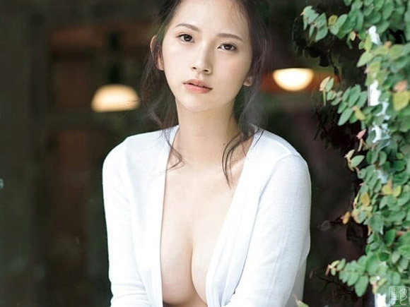 初めてのグラビア撮影で過激なセミヌードまで披露した慶応大学のインスタ美女