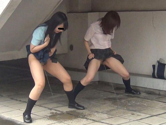 太ももが良い感じの制服女子2人が並んでおしっこ
