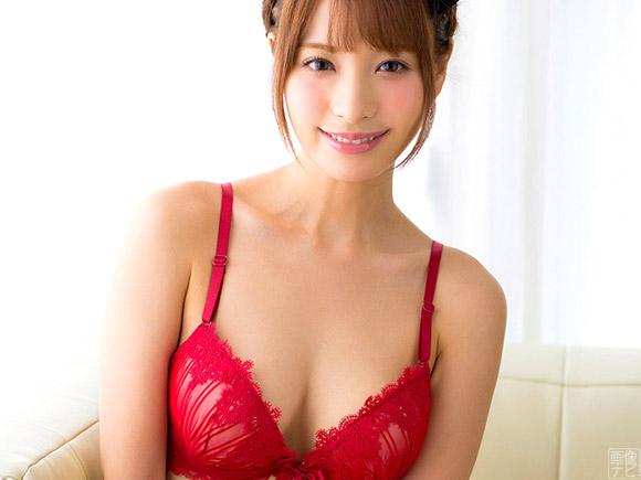 真っ赤なブラジャーで微笑みかけてくる美女