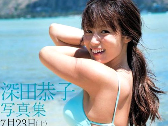 海でサーフィン中に水着がズレてお尻の割れ目がザックリ見えちゃってる深田恭子