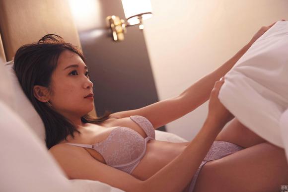 200403秋元真夏の大人セクシー画像009