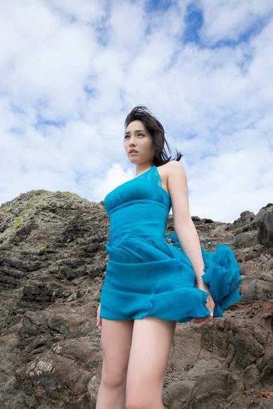 今野杏南 青いドレスのグラビア画像006
