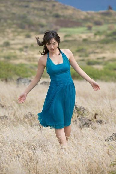 今野杏南 青いドレスのグラビア画像002