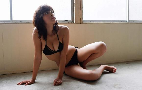 久松郁実の黒水着画像014
