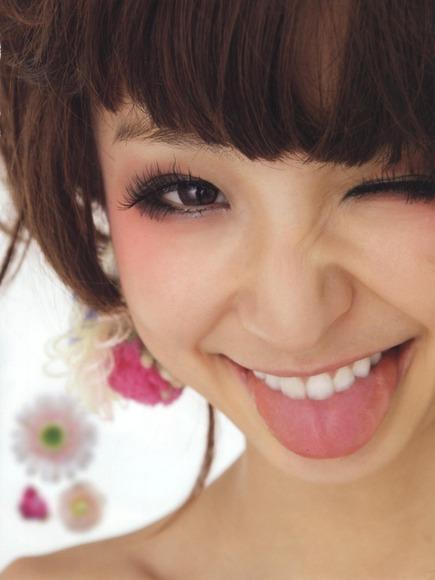 篠田麻里子の舌フェチな擬似フェラ画像004