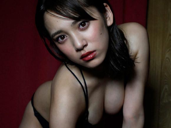 暗闇の中で身体をよじる都丸紗也華のグラビア画像