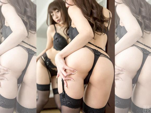 ホテルの鏡の前で誘惑する美尻美女