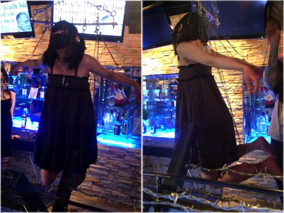 SMバーで吊り上げられる美少女のエロ写真