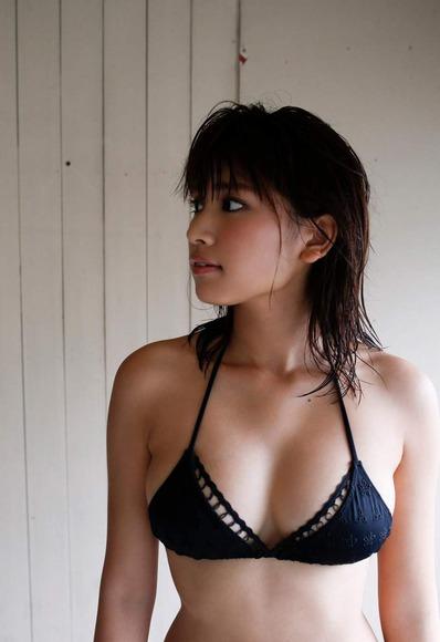久松郁実の黒水着画像002