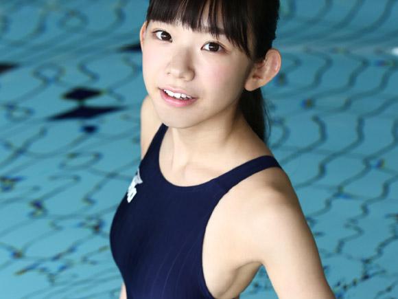 競泳水着姿でプールに入って笑顔のまりちゅう