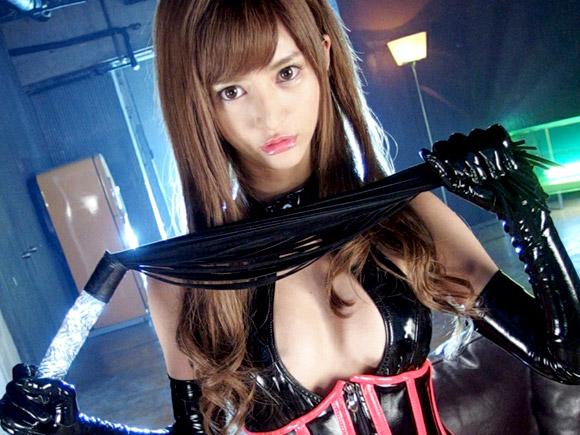 麻生希がボンデージ姿でムチをかざす女王様プレイ