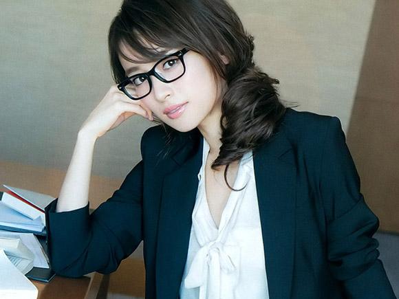衝撃ボディーのモデル泉里香(28) セクシーな研究者スタイル&チャイナドレス。