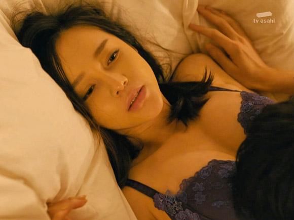 伊藤ゆみの綺麗な胸が大胆に露出したエッチ過ぎるシーン