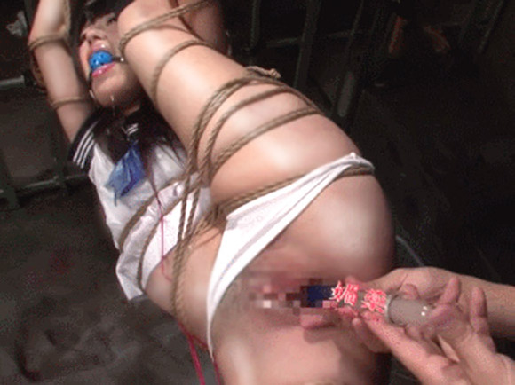セーラー服姿のJKを縛り上げて媚薬をマンコに挿入中のエロ画像
